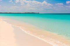 Αμμώδης παράδεισος Playa παραλιών του νησιού Cayo βραδύτατου, Κούβα Διάστημα αντιγράφων για το κείμενο Στοκ φωτογραφίες με δικαίωμα ελεύθερης χρήσης