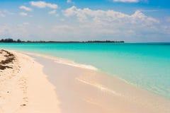 Αμμώδης παράδεισος Playa παραλιών του νησιού Cayo βραδύτατου, Κούβα Διάστημα αντιγράφων για το κείμενο Στοκ Φωτογραφίες