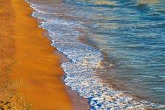 Αμμώδης παραλία θάλασσας με τα κύματα Στοκ εικόνα με δικαίωμα ελεύθερης χρήσης