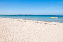 Αμμώδης παραλία και μπλε θάλασσα Στοκ Εικόνα