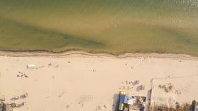 Αμμώδης παραλία με την ηλιοθεραπεία των τουριστών, άποψη από τον κηφήνα φιλμ μικρού μήκους