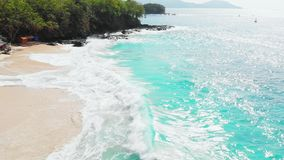 Αμμώδης παραλία με τον τυρκουάζ ωκεανό και τα κύματα, εναέρια άποψη απόθεμα βίντεο