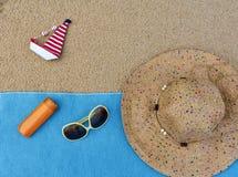 αμμώδης παραλία με το περιεχόμενο ταξιδιού θερινών εξαρτημάτων blog Στοκ Φωτογραφίες