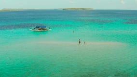 Αμμώδης παραλία σε μια κοραλλιογενή ύφαλο Balabac, Palawan, Φιλιππίνες φιλμ μικρού μήκους
