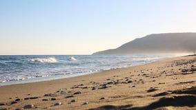 Αμμώδης παραλία στην ανατολή απόθεμα βίντεο