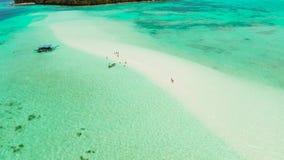 Αμμώδης παραλία στη λιμνοθάλασσα με το τυρκουάζ νερό Balabac, Palawan, Φιλιππίνες απόθεμα βίντεο