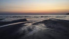 Αμμώδης παραλία στο ηλιοβασίλεμα στο Βόλγα Στοκ Εικόνες