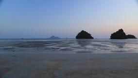 Αμμώδης παραλία στο σούρουπο απόθεμα βίντεο