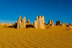 Αμμώδεις αιχμές πυραμίδων στην έρημο Nambung κοντά σε Θερβάντες, κοβάλτιο κοραλλιών Στοκ Εικόνα