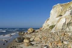 Αμμώδεις απότομοι βράχοι επάνω από την παραλία στο νησί αμπελώνων της Martha Στοκ φωτογραφία με δικαίωμα ελεύθερης χρήσης