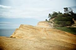 Αμμώδης άκρη απότομων βράχων Στοκ Εικόνα