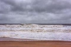 Αμμώδης ακτή του Νιου Τζέρσεϋ προσεγγίσεων τυφώνα στοκ εικόνες