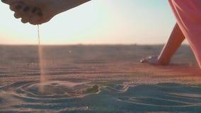 αμμώδης γυναίκα παραλιών φιλμ μικρού μήκους