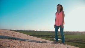 αμμώδης γυναίκα παραλιών απόθεμα βίντεο
