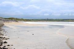 Αμμώδης παραλία εκτός από το γήπεδο του γκολφ συνδέσεων Στοκ φωτογραφία με δικαίωμα ελεύθερης χρήσης
