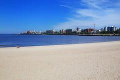 Αμμώδης παραλία κατά μήκος της τράπεζας του Ρίο de Λα Plata στο Μοντεβίδεο, Στοκ Εικόνα