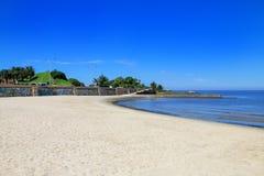 Αμμώδης παραλία κατά μήκος της τράπεζας του Ρίο de Λα Plata στο Μοντεβίδεο, Στοκ Εικόνες