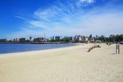 Αμμώδης παραλία κατά μήκος της τράπεζας του Ρίο de Λα Plata στο Μοντεβίδεο, Στοκ φωτογραφία με δικαίωμα ελεύθερης χρήσης