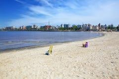 Αμμώδης παραλία κατά μήκος της τράπεζας του Ρίο de Λα Plata στο Μοντεβίδεο, Στοκ Φωτογραφία