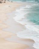 Αμμώδης παραλία με τα συντρίβοντας κύματα άνωθεν Στοκ Εικόνα