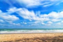 Αμμώδης παραλία με τη θάλασσα και το νεφελώδη ουρανό Στοκ εικόνα με δικαίωμα ελεύθερης χρήσης