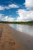 Αμμώδης παραλία με το ίχνος και δάσος σε Ivalo Στοκ εικόνες με δικαίωμα ελεύθερης χρήσης