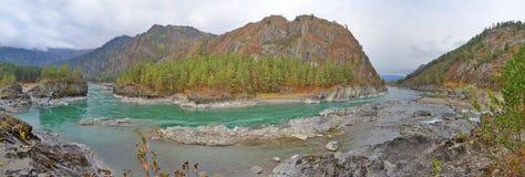 Αμμώδης παραλία στον ποταμό Katun, βουνά Σιβηρία, Ρωσία Altai Στοκ Φωτογραφίες