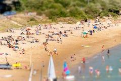 Αμμώδης παραλία της Βρετάνης στη Γαλλία με τις δραστηριότητες ναυσιπλοΐας στοκ φωτογραφία με δικαίωμα ελεύθερης χρήσης