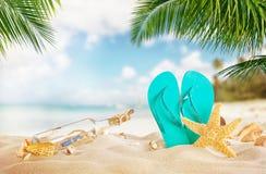 Αμμώδης τροπική παραλία με το μπουκάλι και τον αστερία Στοκ εικόνες με δικαίωμα ελεύθερης χρήσης