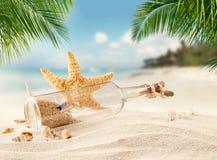 Αμμώδης τροπική παραλία με το μπουκάλι και τον αστερία Στοκ φωτογραφίες με δικαίωμα ελεύθερης χρήσης