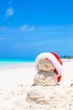 Αμμώδης χιονάνθρωπος με το κόκκινο καπέλο Santa στο λευκό Στοκ εικόνες με δικαίωμα ελεύθερης χρήσης