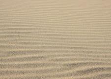 Αμμώδη κύματα - η οριζόντια ατελείωτη σύσταση άμμου χτίζει και δημιουργημένος από τον αέρα και τον ωκεανό στοκ εικόνες