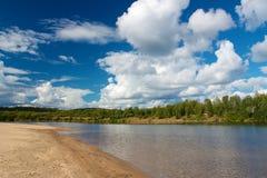 Αμμώδη παραλία και δάσος σε Ivalo Στοκ Φωτογραφίες