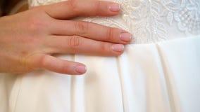 Αμοιβές νυφών η νύφη είναι ντυμένη για το γάμο κινηματογράφηση σε πρώτο πλάνο των χεριών της νύφης με ένα ευγενές μανικιούρ, ενάν απόθεμα βίντεο
