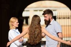 Αμοιβαία κατανόηση και οίκτος Σχέσεις φιλίας Φίλοι που συναντιούνται στην οδό Γενειοφόρος άνδρας και όμορφες γυναίκες στοκ φωτογραφία