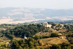 Αμπελώνες και πεδία κοντά σε Montalcino στοκ φωτογραφία