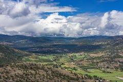 Αμπελώνες οπωρώνων και famland από το επικεφαλής βουνό γιγάντων κοντά στη Βρετανική Κολομβία Καναδάς Summerland Στοκ φωτογραφία με δικαίωμα ελεύθερης χρήσης