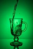 λαμπιρίζοντας ύδωρ Δυναμική ακίδα, απόσβεση δίψας μια καυτή ημέρα στοκ φωτογραφίες