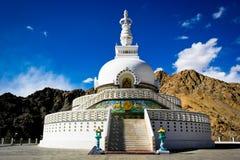 λαμπρά βουδιστικό διακοσμημένο της Ινδίας ladakh leh λευκό stupa shanti μνημείων χρωματισμένο τοιχογραφίες Στοκ φωτογραφία με δικαίωμα ελεύθερης χρήσης