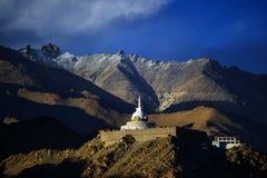 λαμπρά βουδιστικό διακοσμημένο της Ινδίας ladakh leh λευκό stupa shanti μνημείων χρωματισμένο τοιχογραφίες Στοκ Εικόνες
