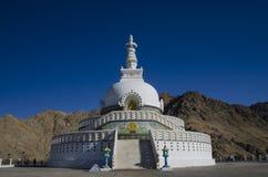λαμπρά βουδιστικό διακοσμημένο της Ινδίας ladakh leh λευκό stupa shanti μνημείων χρωματισμένο τοιχογραφίες Στοκ φωτογραφίες με δικαίωμα ελεύθερης χρήσης
