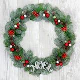 λαμπρά χρωματισμένο το Χριστούγεννα απομονωμένο χρυσός noel ο διακοσμεί pinecones το άσπρο στεφάνι λέξης Στοκ φωτογραφίες με δικαίωμα ελεύθερης χρήσης