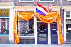 ΑΜΣΤΕΡΝΤΑΜ - 27 ΑΠΡΙΛΊΟΥ: Διακοσμημένος ολλανδικός καφές στο Άμστερνταμ στους βασιλιάδες Δ Στοκ εικόνες με δικαίωμα ελεύθερης χρήσης