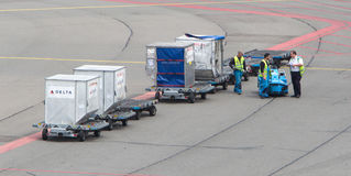 ΑΜΣΤΕΡΝΤΑΜ - 29 ΙΟΥΝΊΟΥ 2017: Τα αεροπλάνα φορτώνονται σε Schiphol Α στοκ φωτογραφίες