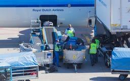ΑΜΣΤΕΡΝΤΑΜ, ΚΑΤΩ ΧΏΡΕΣ - 17 ΑΥΓΟΎΣΤΟΥ 2016: Αποσκευές φόρτωσης στον αέρα Στοκ φωτογραφία με δικαίωμα ελεύθερης χρήσης