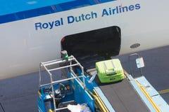ΑΜΣΤΕΡΝΤΑΜ, ΚΑΤΩ ΧΏΡΕΣ - 17 ΑΥΓΟΎΣΤΟΥ 2016: Αποσκευές φόρτωσης στον αέρα Στοκ Εικόνες