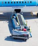 ΑΜΣΤΕΡΝΤΑΜ, ΚΑΤΩ ΧΏΡΕΣ - 17 ΑΥΓΟΎΣΤΟΥ 2016: Αποσκευές φόρτωσης στον αέρα Στοκ εικόνες με δικαίωμα ελεύθερης χρήσης