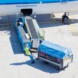 ΑΜΣΤΕΡΝΤΑΜ, ΚΑΤΩ ΧΏΡΕΣ - 17 ΑΥΓΟΎΣΤΟΥ 2016: Αποσκευές φόρτωσης στον αέρα Στοκ Φωτογραφία