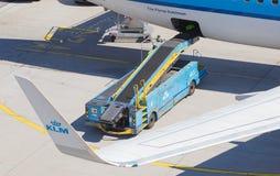 ΑΜΣΤΕΡΝΤΑΜ, ΚΑΤΩ ΧΏΡΕΣ - 17 ΑΥΓΟΎΣΤΟΥ 2016: Αποσκευές φόρτωσης στον αέρα Στοκ εικόνα με δικαίωμα ελεύθερης χρήσης