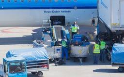 ΑΜΣΤΕΡΝΤΑΜ, ΚΑΤΩ ΧΏΡΕΣ - 17 ΑΥΓΟΎΣΤΟΥ 2016: Αποσκευές φόρτωσης στον αέρα Στοκ φωτογραφίες με δικαίωμα ελεύθερης χρήσης